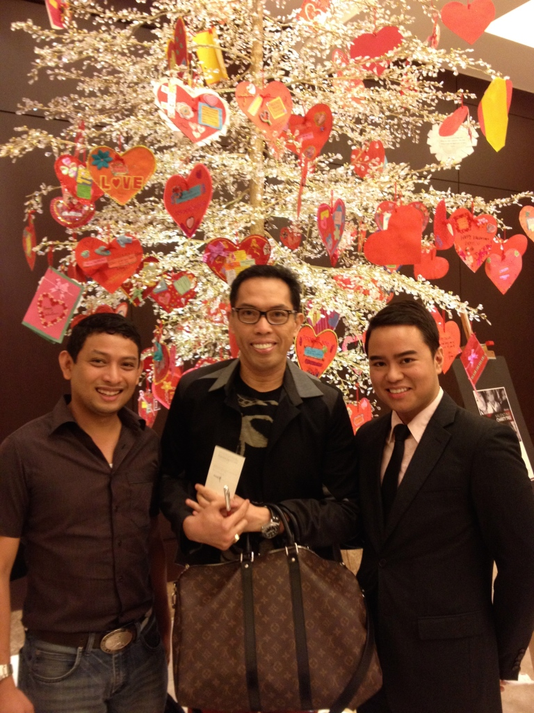 ANOTHER, ahem, chic photo of yours truly taken at the Crimson Hotel in Alabang with super runner and good friend Blas Tiangco and my new friend, the kind and handsome Francis de Leon of Crimson.