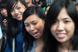 UP coed, like Ivy, Tanya and Sue during their time in UP, enjoy the scene at the Oblation Run.