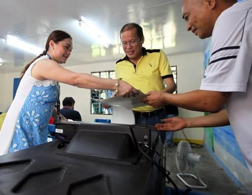 PHILIPPINE President Noynoy Aquino leads by example on election day (www.nueurope.eu)