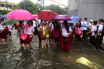 I KNOW perfectly well why these rain- and flood-drenched kids are smiling: No school today! (www.gmanetwork.com)