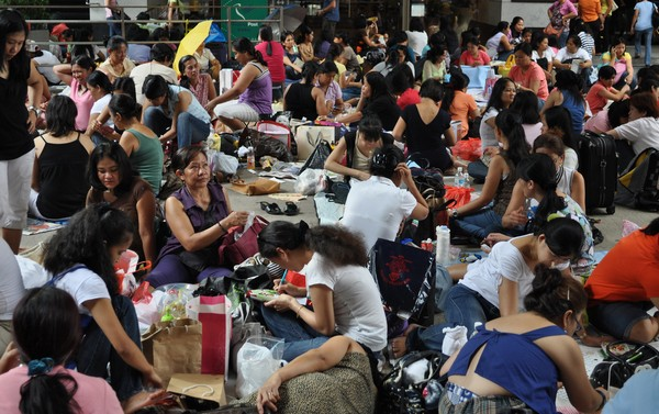 FILIPINO domestic helpers gather in an open area in Hong Kong during their day off. (pinoy-ofw.com)