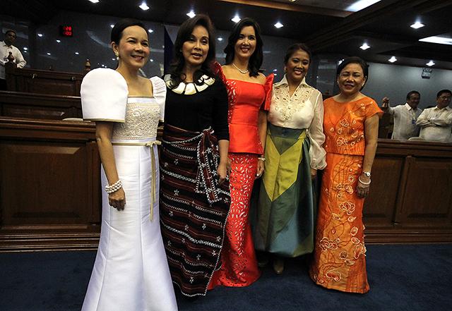 SENATORS ALL. Grace Poe, Loren Legarda, Pia Cayetano, Nancy Binay and Cynthia Villar on that fateful Monday morning. (www.gmanews.com)