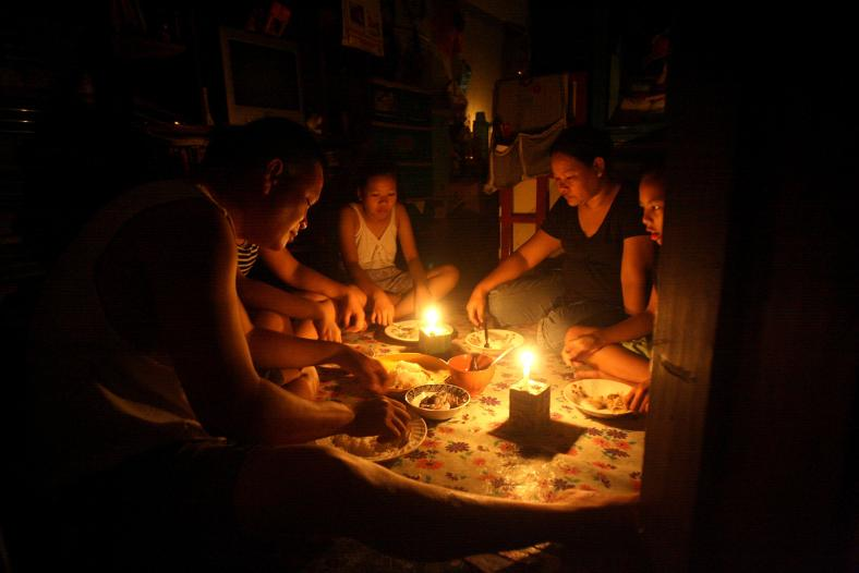 IT'S not exactly our idea of a romantic candlelit dinner, but this family make do as they share a meal by candlelight a day after Glenda blew into town. (newsinfo.inquirer.net)